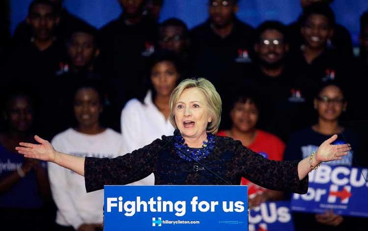 هلاری کلینتون مدام شعار عوض می کند این بار با شعار کارزار برای ما در جمع همراهانش به مقابله با دونالد ترامپ می پردازد.