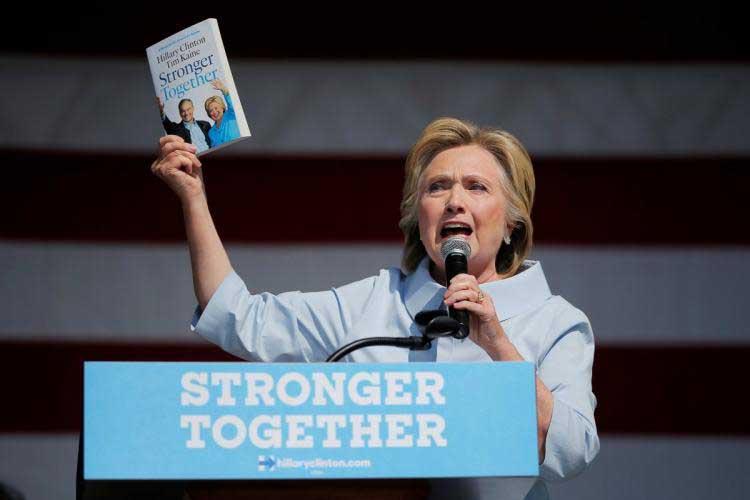 و نهایتا هیلاری کلینتون به شعار اصلی خود می رسد اما شاید اندکی دیگر است. با هم قدرتمند تر