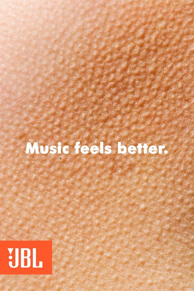 این تبلیغ برند معروف JBL هم با نشان دادن تصویری از سیخ شدن مو بر بدن و تگ لاین موسیقی حالو بهتر می کنه می درخشد.